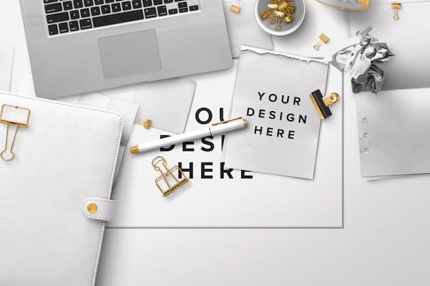Office desktop mockup con laptop e documenti