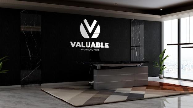 Receptionist dell'ufficio o stanza della reception per mockup del logo della parete aziendale
