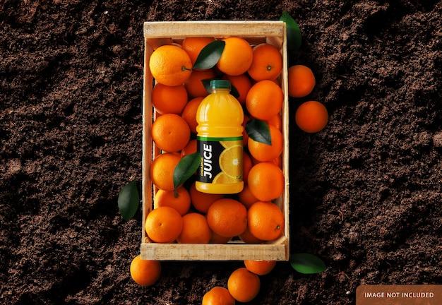 Bottiglia di succo d'arancia su scatola di arance