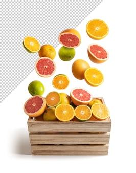 Arance e mandarini che cadono su una cassetta di legno