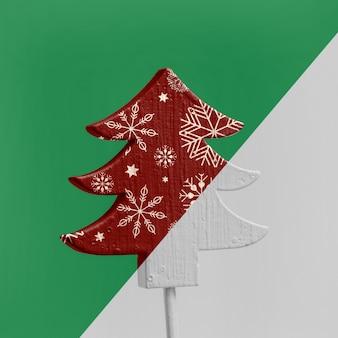 Albero di natale ornamentale con fiocchi di neve