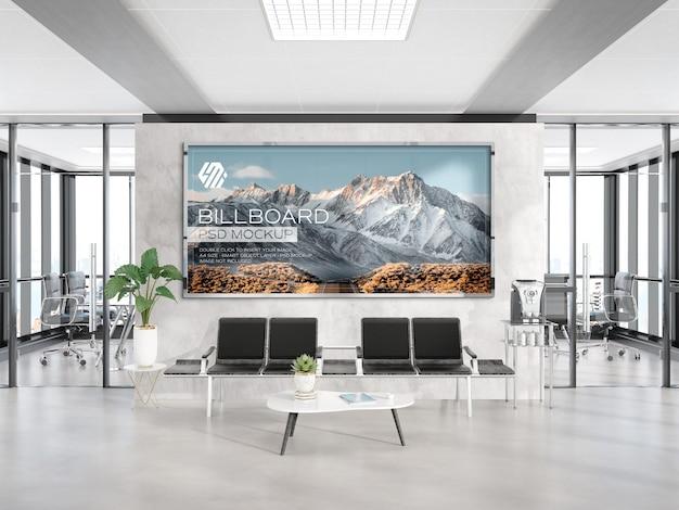 Cornice panoramica appesa al mockup della parete dell'ufficio