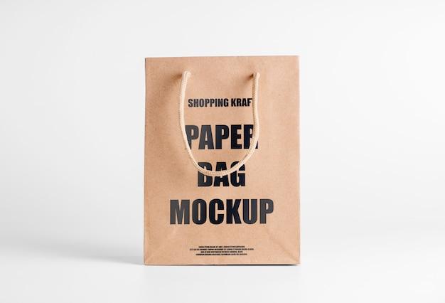 Sacchetto di carta marrone mockup per merce. modello di packaging aziendale con logo. pacchetto kraft modificabile vista frontale psd