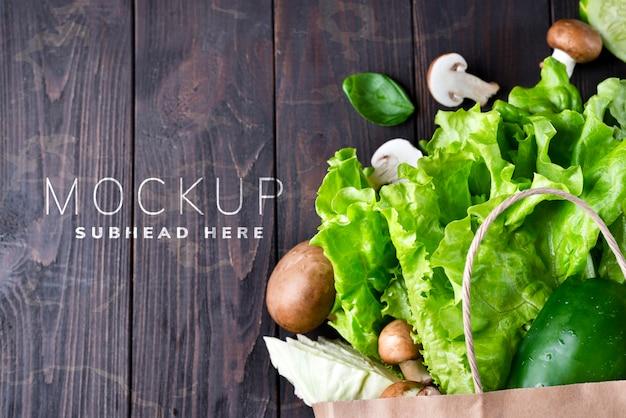 Sacco di carta di diversi alimenti biologici