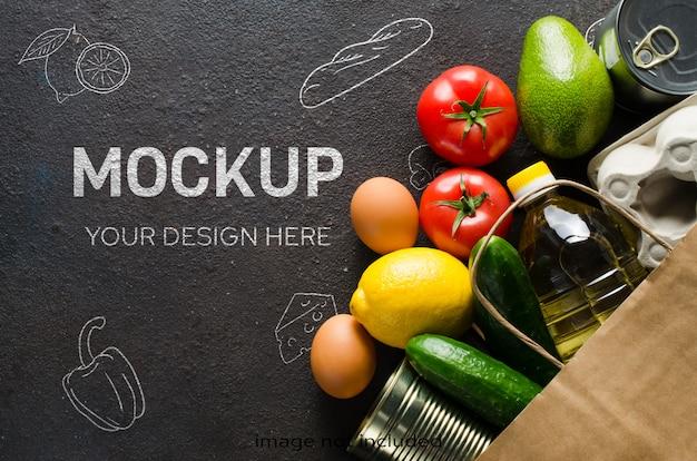 Sacco di carta con vari generi alimentari su fondo di cemento scuro. concetto di consegna del cibo. donazioni alimentari.