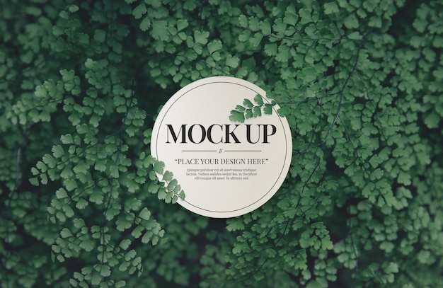 Modello di carta mockup vuoto con foglie di foresta Psd Premium