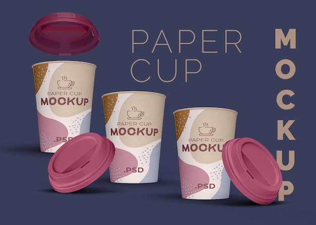 Mockup di tazze di caffè di carta con coperchi di plastica