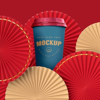 Medaglione di ventaglio di carta come decorazione del capodanno cinese con mockup di tazza