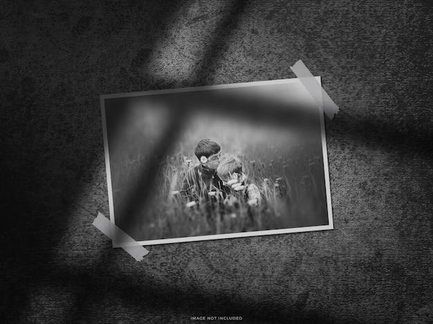 Mockup di cornice per foto in carta con ombra sul muro