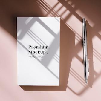 Modello di penna e taccuino bianco