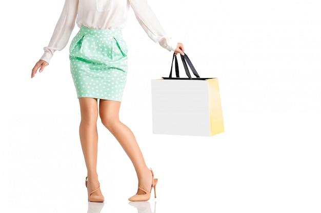Concetto della gente, vendita, venerdì nero - donna con i sacchetti della spesa.