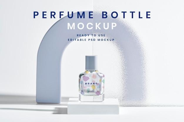 Modello di bottiglia di profumo psd con sfondo di prodotto con texture in vetro modellato