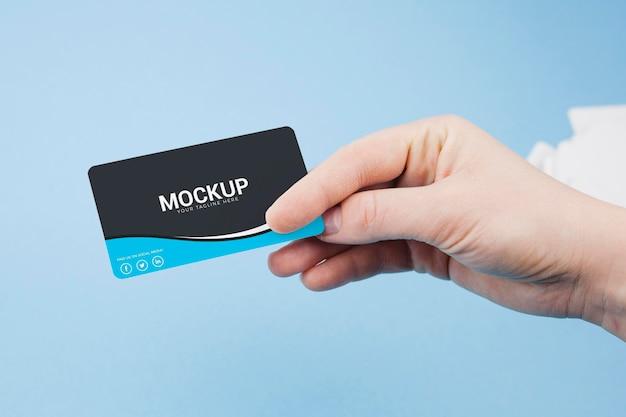 Persona in possesso di biglietto da visita mock-up Psd Premium