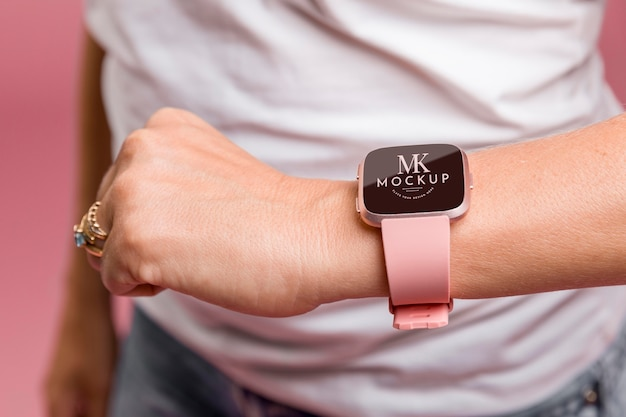 Persona che indossa uno smartwatch mock-up