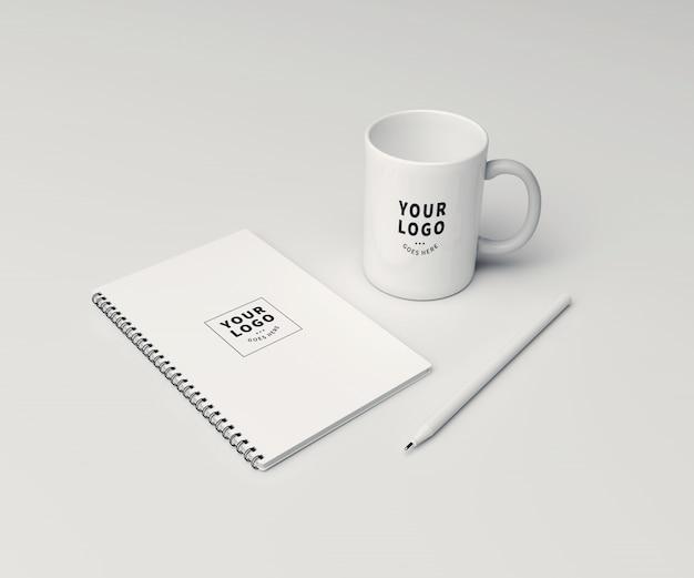 Nota di blocco di prospettiva con mockup di tazza di caffè