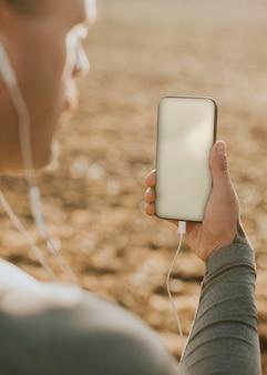 Riprese all'aperto del dispositivo digitale psd mockup dello schermo del telefono