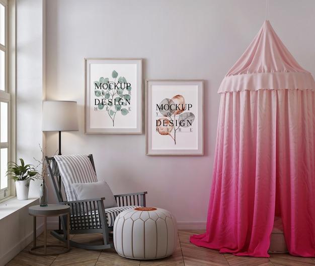 Mockup di cornice per foto nella moderna cameretta con tenda e sedia a dondolo