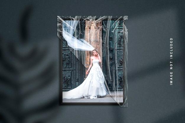 Mockup di cornice per foto in trama di carta e involucro di plastica