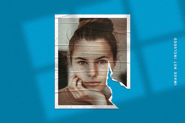 Mockup di cornice per foto su texture di carta strappata