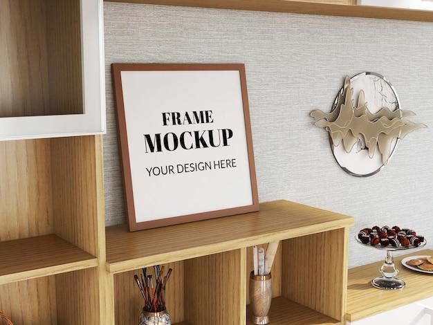 Mockup realistico della cornice per foto sul mobile in legno
