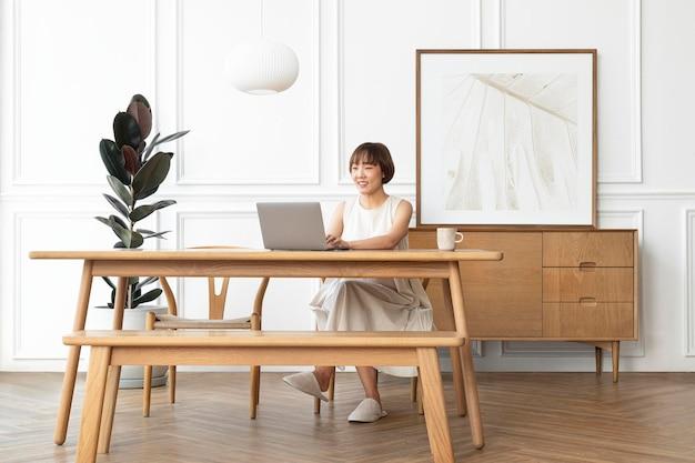 Modello di cornice per foto psd con donna che lavora da casa from