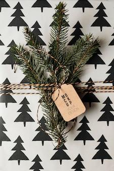 Ramo di pino isolato su sfondo di pino mockup