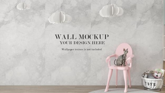 Sedia rosa con gatto davanti al mockup del muro