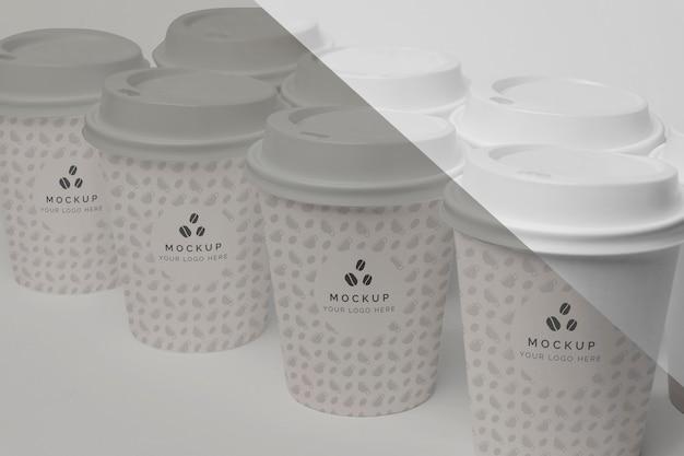 Tazza di plastica con caffè mock up sul tavolo