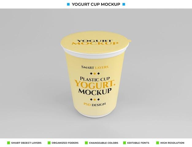 Mockup di tazza di yogurt in plastica nel concetto di cibo
