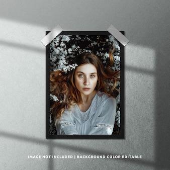 Mockup di cornice per foto in carta nera ritratto con sovrapposizione di ombre