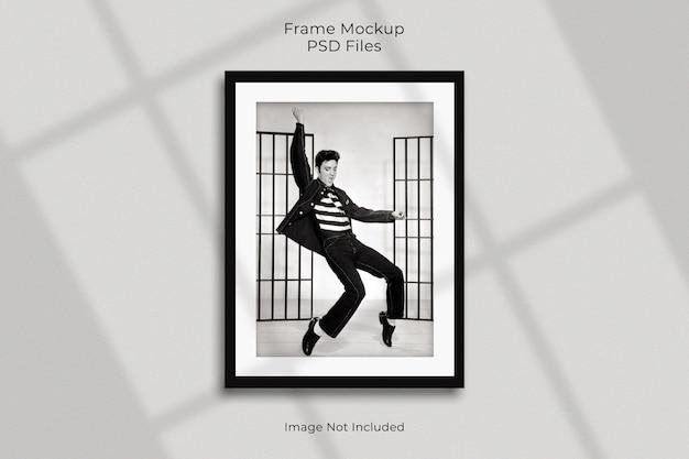 Design mockup di cornice per foto in carta verticale