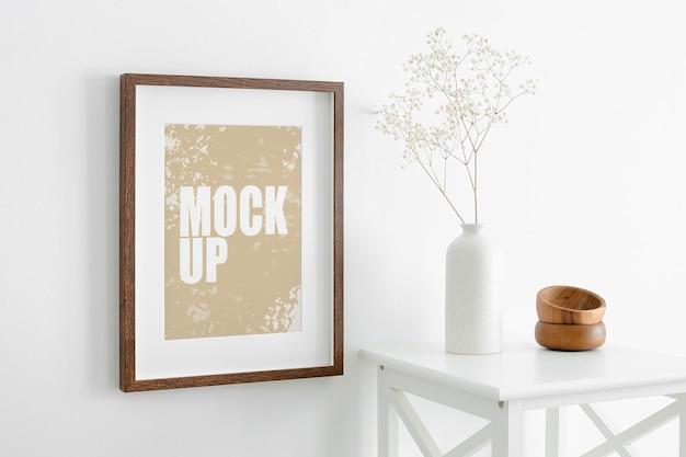 Foto ritratto o modello di cornice d'arte su parete bianca e mobili con pianta di gypsophila secca in vaso