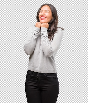 Ritratto di giovane donna indiana molto felice ed eccitata, alzando le braccia, celebrando una vittoria o un successo, vincendo alla lotteria
