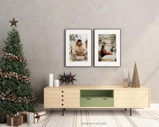 Cornici per poster in soggiorno con mockup di albero di natale