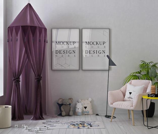 Mockup di fotogrammi di poster nella graziosa sala giochi con poltrona rosa