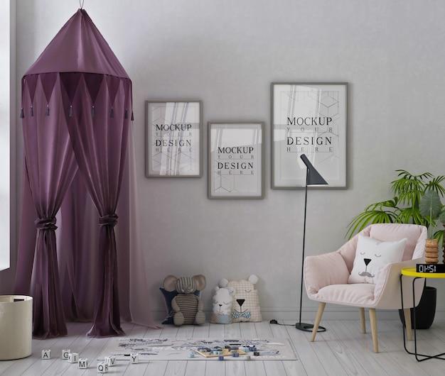 Mockup di fotogrammi di poster in una graziosa sala giochi con tenda viola, poltrona rosa e giocattoli