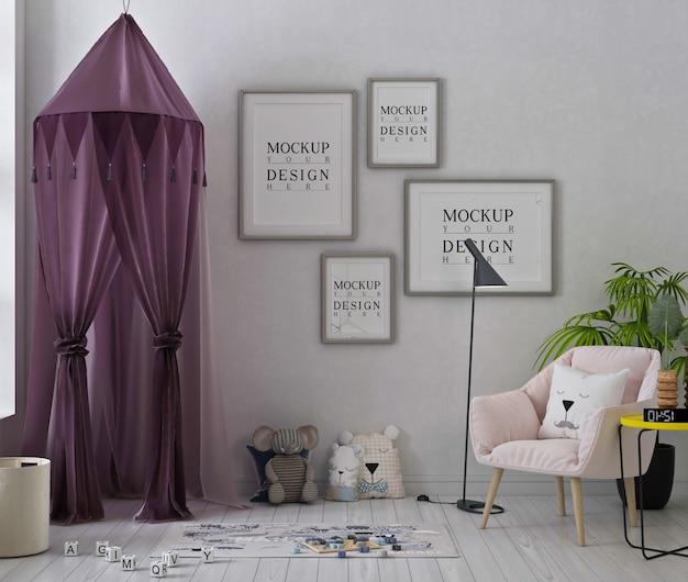 Mockup di fotogrammi di poster in una graziosa sala giochi con tenda viola e poltrona rosa