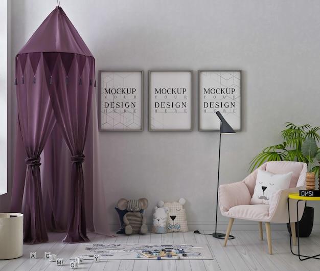 Mockup di fotogrammi di poster in una graziosa sala giochi con tenda viola e giocattoli