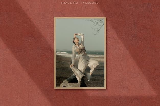 Mockup di poster per fotografie con sovrapposizione di ombre