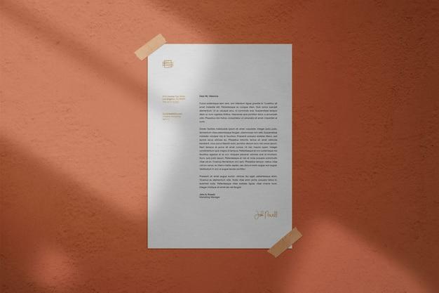 Poster legato al mockup di pareti con dettagli in ombra