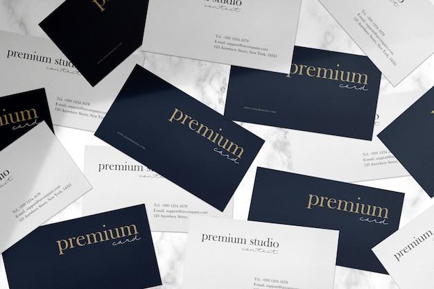 Mockup di biglietti da visita premium su pietra mable bianca e luce ombra.