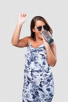 Donna graziosa che beve una birra