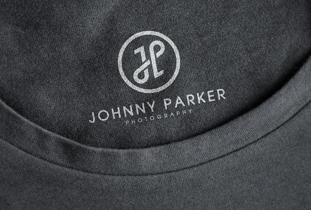 Mockup con logo bianco stampato su maglietta nera