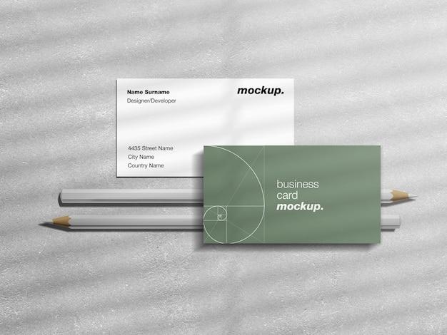 Biglietti da visita professionali con matite e mockup di sovrapposizione di ombre