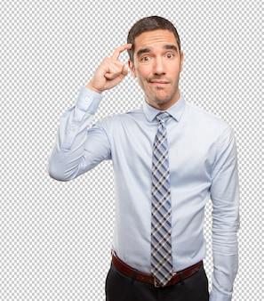 Giovane uomo d'affari imbarazzato che fa un gesto di dubbio
