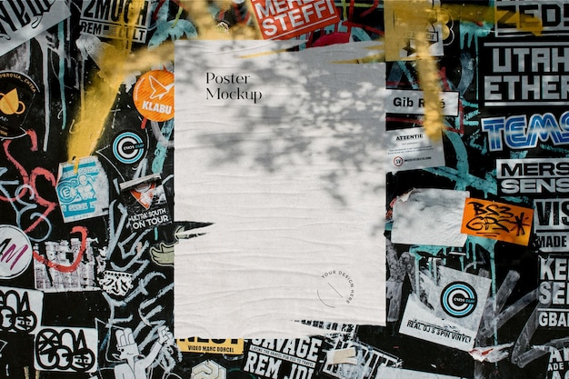 Mockup di poster sfilacciato sulla parete dell'autoadesivo