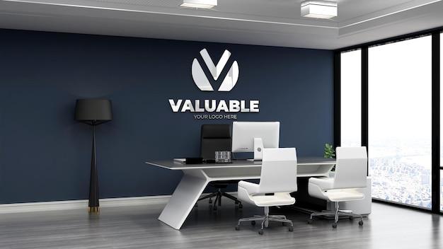 Realistico logo 3d mockup nella stanza del manager degli affari dell'ufficio con parete blu navy