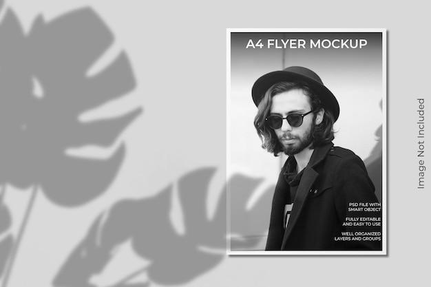 Mockup di brochure flyer a4 realistico con sovrapposizione di ombre