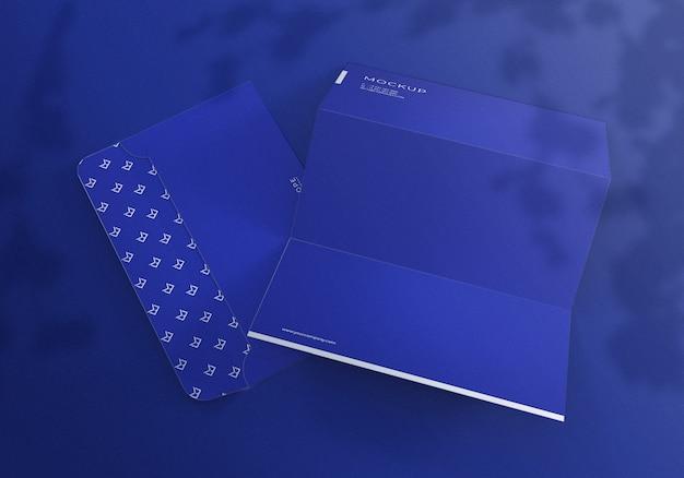 Mockup set busta e carta intestata blu realistico