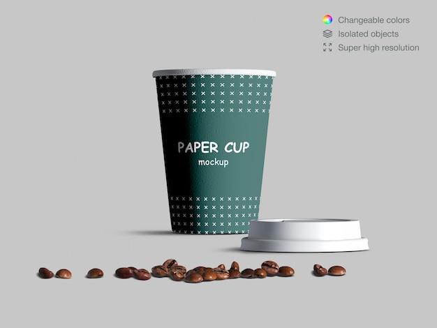 Modello realistico della tazza di carta di vista frontale con i chicchi di caffè